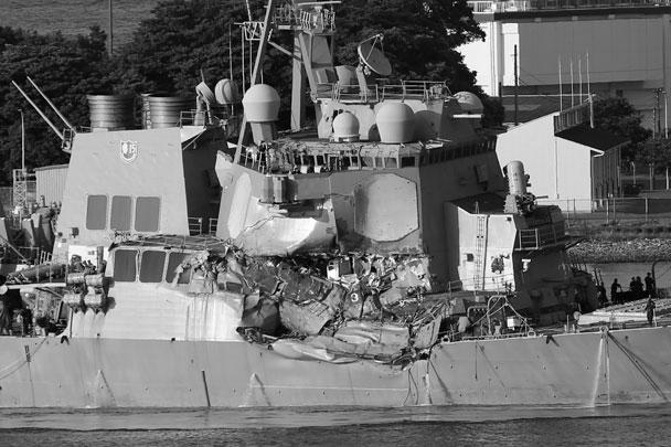 Появились фото филиппинского контейнеровоза и эсминца ВМС США после столкновения, произошедшего в выходные в Тихом океане в водах Японии. В результате инцидента погибли семеро американских моряков, еще трое пострадали. По предварительным данным, грузовое судно протаранило носовой частью правый борт американского корабля