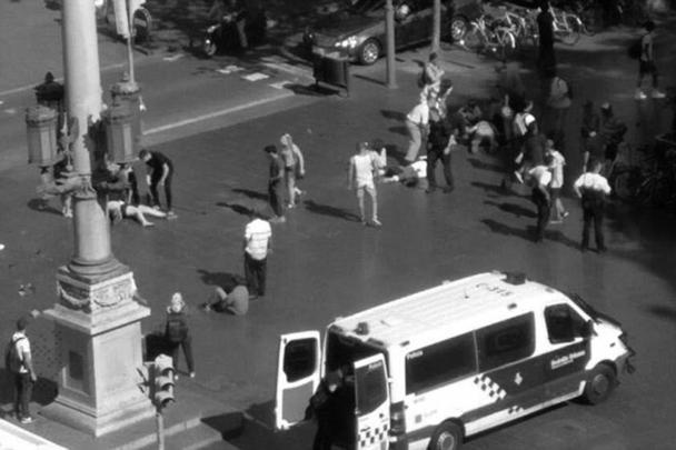 В Барселоне и Камбрильсе произошли теракты с использованием транспорта: днем в четверг фургон въехал в толпу в туристическом центре Барселоны, ночью был совершен наезд на пешеходов в Камбрильсе. В результате погибли 13 человек, порядка ста получили ранения. Кроме того, прогремели два взрыва в Альканаре