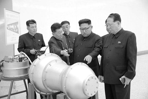 Власти КНДР официально объявили об успешном испытании водородной бомбы. Термоядерное оружие для боеголовок перед испытанием осмотрел северокорейский лидер Ким Чен Ын. Бомба предназначена для межконтинентальных баллистических ракет. Ее мощность может достигать сотни килотонн