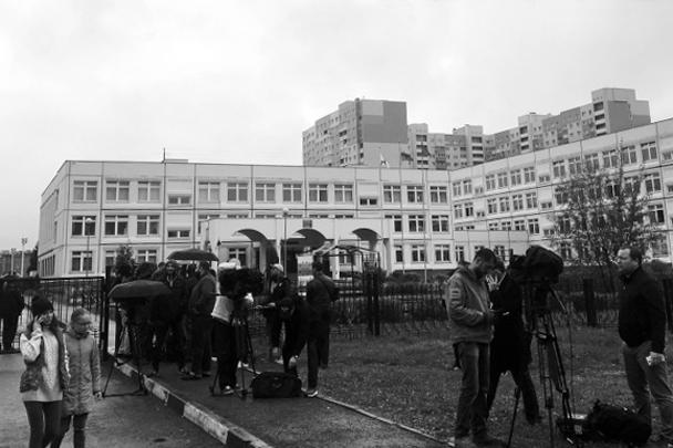 Полиция задержала подростка, который устроил стрельбу и разбросал дымовые шашки в школе подмосковной Ивантеевки. От действий девятиклассника пострадали четыре человека. Во время расправы 15-летний ученик 9-го класса кричал: «Я пришел сюда сдохнуть!»