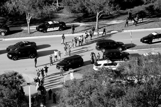 Во время стрельбы в средней школе Marjory Stoneman Douglas во Флориде погибли 17 человек. В стрельбе подозревают 19-летнего Николаса Круза. Это бывший ученик школы, которого исключили по «дисциплинарным причинам». Перед тем как начать стрельбу, он включил пожарную тревогу, создав хаос в здании