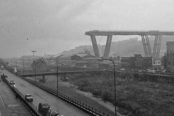 В итальянском городе Генуе рухнул автомобильный мост. По предварительным данным пожарной службы, жертвами обрушения стали десятки человек. Завалы разгребают около 40 спасателей. Из одного автомобиля удалось вытащить двоих пострадавших