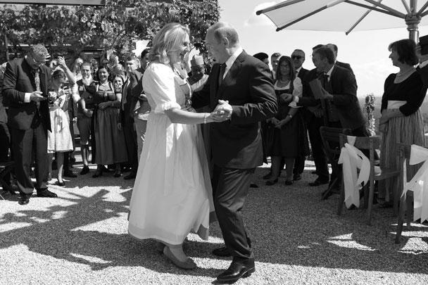 В Австрии прошла свадьба главы МИД Карин Кнайсль с предпринимателем Вольфгангом Майлингером. Торжество посетил президент России Владимир Путин, который потанцевал с Кнайсль и преподнес ей необычный подарок