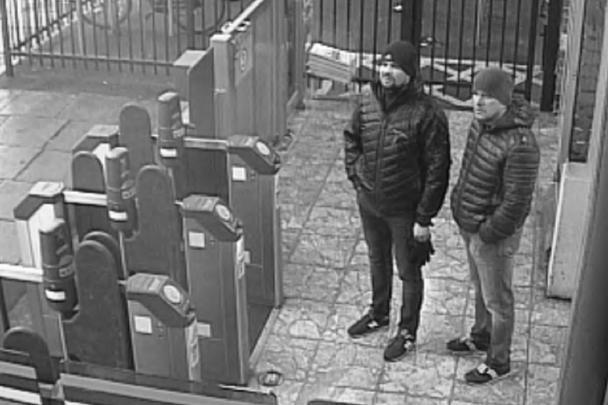 5 сентября Лондон назвал имена подозреваемых в покушении на Скрипалей в Солсбери: это «офицеры ГРУ Александр Петров и Руслан Боширов». Британская прокуратура утверждает, что именно эти люди были зафиксированы камерой слежения (и их вы можете наблюдать в этом стоп-кадре)