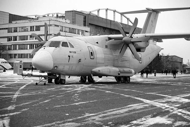 На фото – первый легкий военно-транспортный самолет нового поколения Ил-112В. Во вторник машина впервые покинула сборочный цех, и теперь ей предстоит целая серия испытаний. Россия впервые после развала СССР начинает производство самолетов данного класса