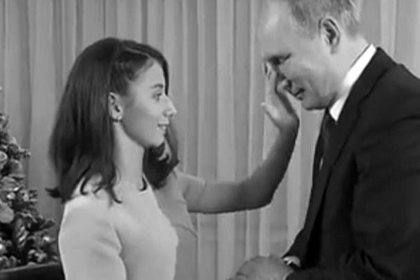Трогательная сцена с участием президента Путина произошла после интервью главы государства, которое брала 17-летняя Регина Парпиева. Девочка, страдающая отсутствием зрения, попросила после интервью потрогать руками лицо главы государства