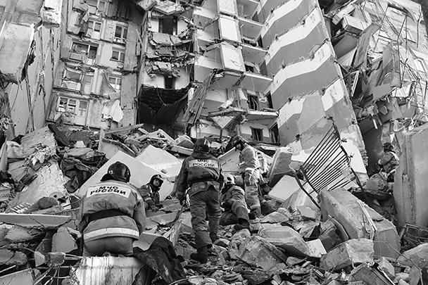 За несколько часов до наступления Нового года в Магнитогорске произошла трагедия: взорвался газ в десятиэтажном жилом доме. Разбор завалов продолжается до сих пор. Спасателям приходится то и дело останавливать операцию из-за угрозы обрушения