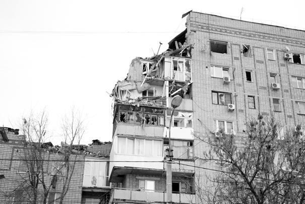 На девятом этаже жилого дома в городе Шахты Ростовской области взорвался газ. Повреждены четыре квартиры на девятом и восьмом этажах. На данный момент известно об одном погибшем, судьба еще четырех неизвестна. Из дома эвакуированы 140 человек