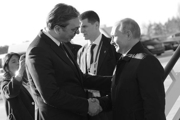 Путин нанес официальный визит в Белград – уже четвертый по счету. Встречали нашего лидера подчеркнуто торжественно. Уже при входе в воздушное пространство его самолет встретил эскорт из трех МиГ-29. В аэропорту Путина ждал президент Александр Вучич с ротой почетного караула