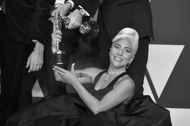 Церемония вручения премий «Оскар» прошла в Лос-Анджелесе. Леди Гага получила награду в номинации «Лучшая песня к фильму» («Звезда родилась»). На церемонию певица надела самое известное в мире ожерелье с бриллиантом канареечно-желтого цвета, который получил название «Бриллиант Тиффани»