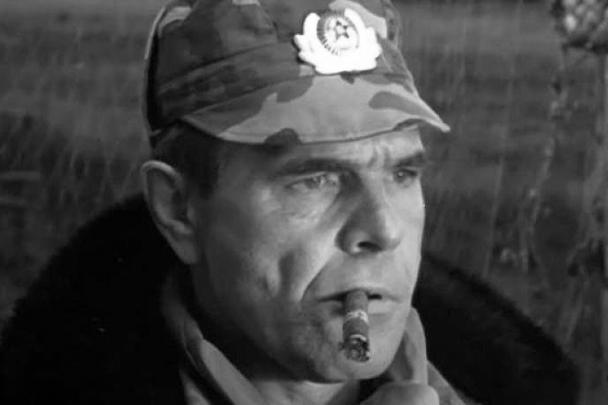 Актер Алексей Булдаков умер на 69-м году жизни. У него оторвался тромб, когда он ночевал в одном из отелей Улан-Батора. Булдаков стал всенародно любимым артистом в образе генерала Иволгина – после выхода фильмов «Особенности национальной охоты» и «Особенности национальной рыбалки»