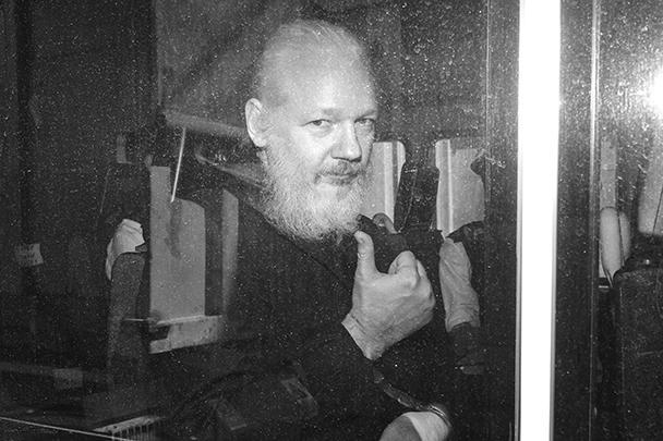 Основатель организации WikiLeaks Джулиан Ассанж арестован в посольстве Эквадора в Лондоне. Ранее власти Эквадора отказали ему в убежище, оправдываясь «агрессивным» поведением беглеца. Из здания Ассанжа вынесли на руках английские силовики и затолкали в полицейский автобус