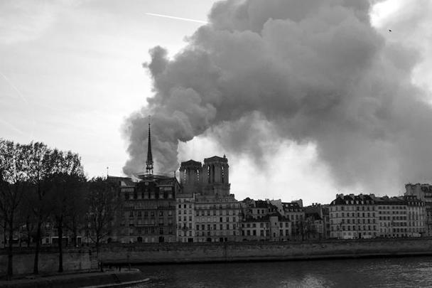 Знаменитое на весь мир здание собора Парижской богоматери, кажется, уже не будет прежним. Легендарная церковь пострадала от сильнейшего пожара, дым от которого был виден на весь Париж