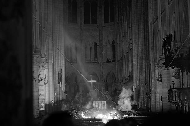 Появились первые фотографии из сгоревшего собора Парижской Богоматери. Горевший всю ночь храм получил серьезные повреждения: обрушился деревянный шпиль, пострадала несущая конструкция. С полыхавшим всю ночь огнем удалось справиться только к утру