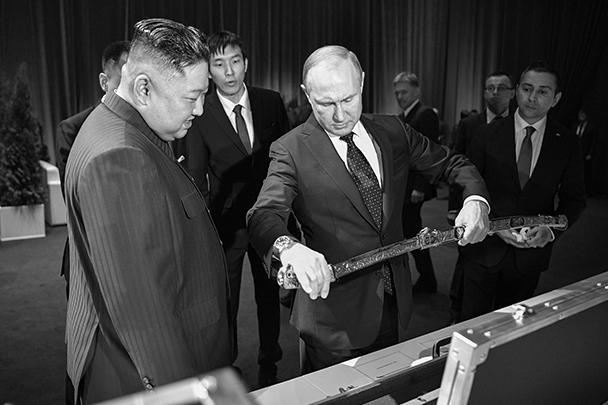 В четверг во Владивостоке состоялась первая встреча лидеров КНДР и России.  После переговоров вождь КНДР подарил президенту России корейский меч