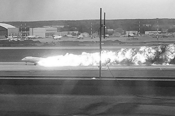 Самолет Sukhoi Superjet 100 компании «Аэрофлот», следовавший из Москвы в Мурманск, 5 мая после 28 минут полета экстренно вернулся в Шереметьево, совершив жесткую посадку. Во время аварийного приземления у него подломились стойки шасси и загорелись двигатели. Погиб 41 человек