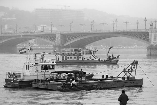 Прогулочный катер с туристами из Южной Кореи затонул после столкновения с другим пассажирским судном на Дунае – у здания парламента в центре Будапешта. В результате, по последним данным, погибли семь человек, еще 21 считается пропавшим без вести
