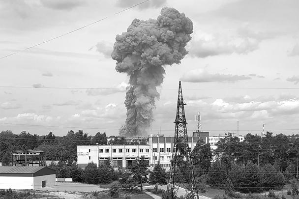 В городе Дзержинске Нижегородской области произошел мощный взрыв на заводе «Кристалл» по производству тротила. В двух сотнях домов в радиусе трех километров выбило стекла. Пострадали десятки человек. В городе введен режим чрезвычайной ситуации