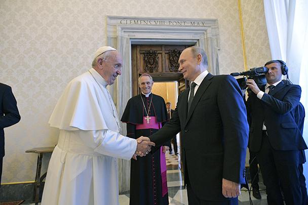 В Ватикане состоялась встреча президента России Владимира Путина и папы Римского Франциска. Разговор продлился около часа. Они обсудили ситуацию в Сирии, Венесуэле и на Украине. Оба выразили удовлетворение развитием двусторонних отношений