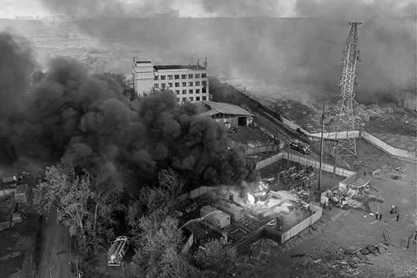 Серьезный пожар произошел в районе ТЭЦ «Северная» в Мытищах. Загорелся газопровод «Мосгаза», в результате в небо поднялся столб огня высотой до 50 метров. Факельное горение напугало местных жителей, однако в МЧС утверждают, что опасности для них нет. Пострадали 12 человек