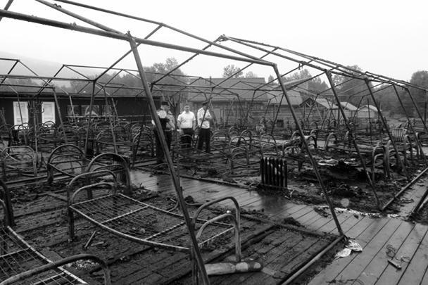 В палаточном лагере на территории горнолыжного комплекса «Холдоми» в Солнечном муниципальном районе Хабаровского края в ночь на вторник произошел пожар. По последним данным, погибли четыре ребенка, еще несколько пострадали. Причем детям приходилось спасать друг друга