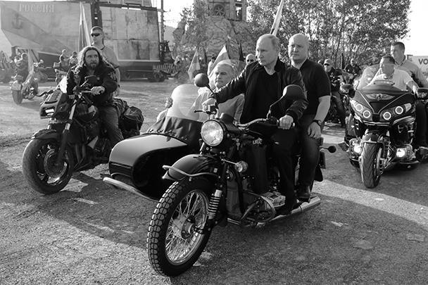 Владимир Путин приехал на байк-шоу «Тень Вавилона», которое проходит в Севастополе, за рулем мотоцикла «Урал» с российским флагом и в кожаной куртке. Главу государства встретили приветственными гудками