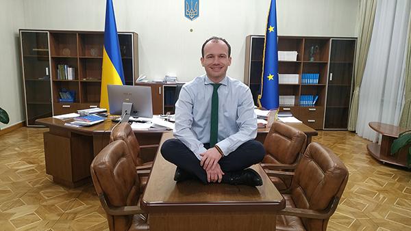 Украинский министр залез под стол в поддержку Гончарука