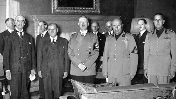 Слева направо: Чемберлен, Даладье, Гитлер и Муссолини готовятся подписать Мюнхенское соглашение