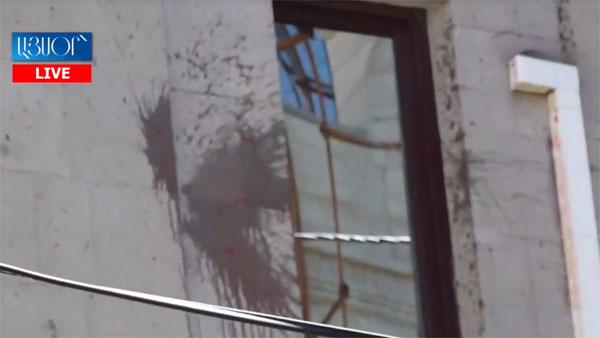 Украинское посольство в Ереване облили борщом