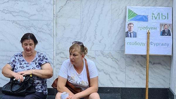 Так выглядят группы в поддержку Фургала на улицах Хабаровска