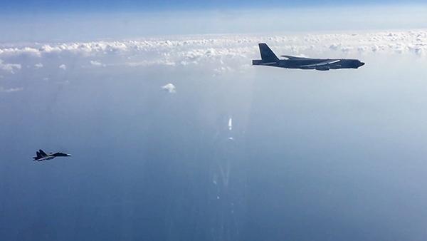 Российские военные обнаружили над акваторией Черного моря три американских бомбардировщика, которые приближались к госгранице со стороны Украины. Для их идентификации и недопущения нарушения рубежей в воздух пришлось поднять четыре истребителя – два Су-27 и два Су-30 – из состава дежурных сил ПВО Южного военного округа