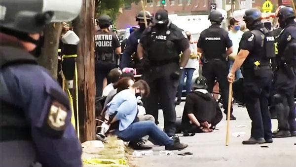 В американском Луисвилле ранены полицейские и введен комендантский час