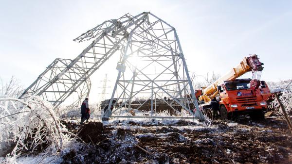 Три дня во Владивостоке продолжался ледяной шторм. В результате разгула стихии было обесточено несколько районов города, наблюдаются перебои с подачей воды. Только по предварительным подсчетам, ущерб в Приморье оценивается в 80 миллионов рублей