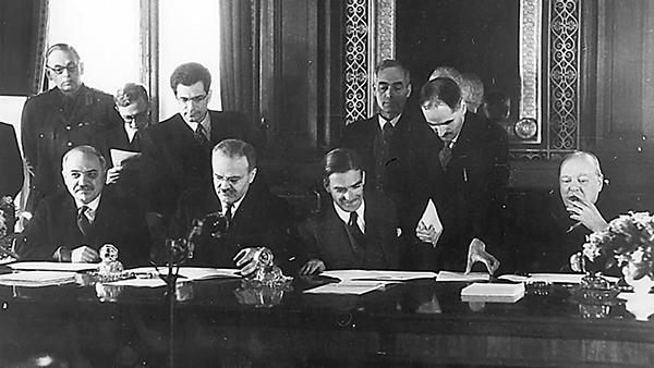 1942 год. Молотов (второй слева) и глава МИД Британии Иден подписывают советско-британский договор о войне против гитлеровской Германии. Крайний справа – Черчилль