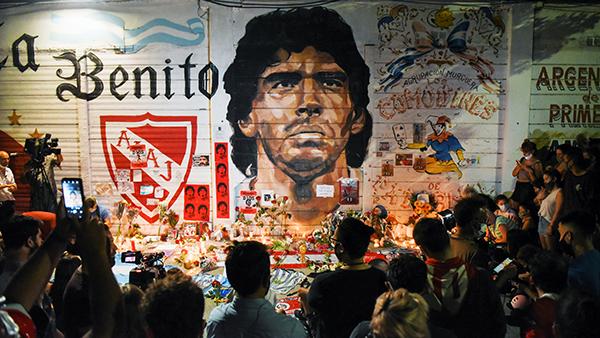 Легендарный аргентинский футболист Диего Марадона скончался 25 ноября в возрасте 60 лет из-за остановки сердца. После его смерти в Аргентине объявили трехдневный траур. Поклонники величайшего футболиста 20-го века во всем мире выражают свою скорбь