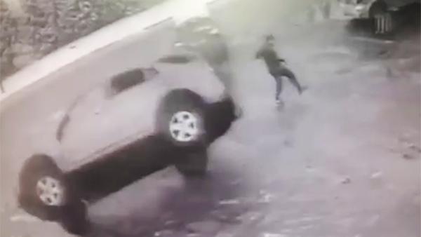 В Белоруссии бегун едва не попал под перевернувшийся автомобиль