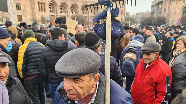 Грабли стали одним из символов протестов в Ереване