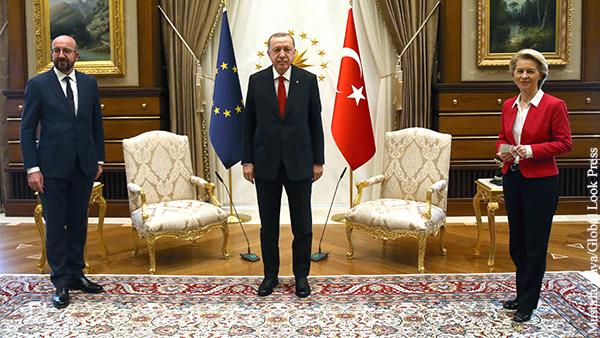 В зал входят трое – сам Эрдоган, председатель Евросовета и глава Еврокомиссии, но стульев только два