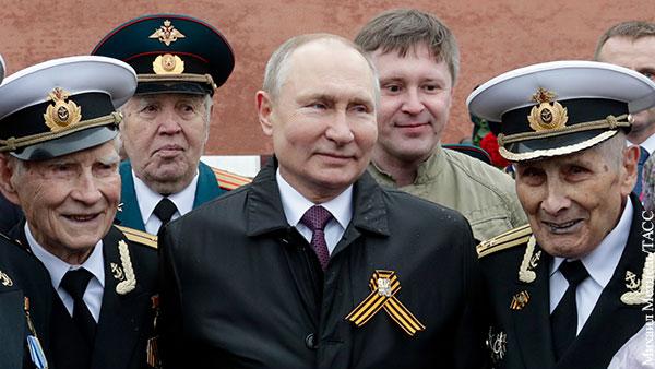 Путин на параде Победы помог ветерану