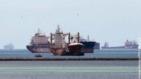 Севший на мель контейнеровоз удалось отбуксировать в Суэцком канале