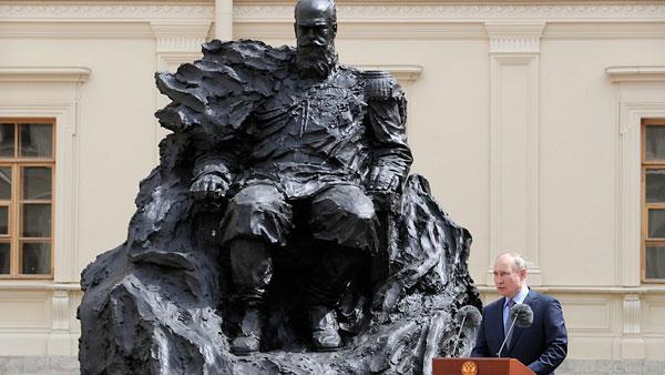 Путин принял участие в церемонии открытия памятнику Александру III в Гатчине