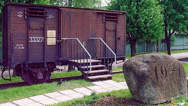 Латвия. Мемориал жертв депортации 1941 года на станции Торнякалнс