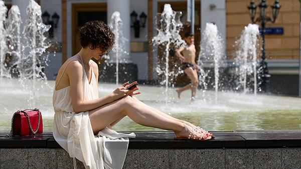 В четверг в Москве был побит температурный рекорд 1948 года (33,5 градуса), столбики термометров достигли отметки 33,8 градуса. Аномальная жара продлится как минимум до конца недели. Москвичи спасаются от солнца в парках и скверах, купаются в фонтанах или просто загорают на скамейках