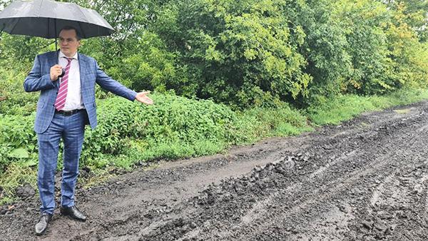 И. о. главы Мордовии Артем Здунов. Поселок Ромоданово, Ромодановский район. Сейчас здесь грязь, а будет – дорога