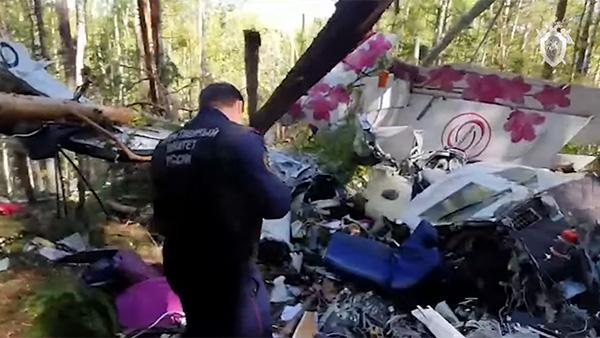 В воскресенье вечером пассажирский самолет L-410 совершил жесткую посадку примерно в 500 км от Иркутска. На месте крушения найдены два черных ящика. По факту произошедшего возбуждено уголовное дело. В качестве основных версий катастрофы рассматривают ошибку пилотирования и отказ техники