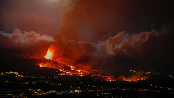 На испанском острове Пальма в Атлантическом океане продолжается извержение вулкана Кумбре-Вьеха. Есть опасения, что потоки лавы достигнут побережья и смешаются с водой, что может спровоцировать взрывы и выбросы вредных газов. На данный момент лава покрыла 154 гектара земли, разрушены сотни зданий