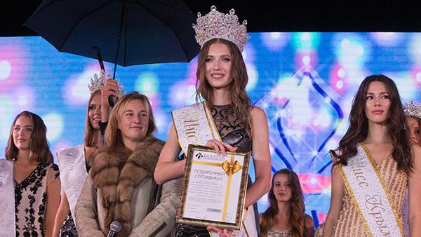 В Ялте состоялся ежегодный конкурс красоты «Мисс Крым» с участием 15 представительниц в возрасте от 16 до 22 лет из разных городов полуострова. На этапе отбора девушки проходили различные испытания и радовали зрителей дефиле в нарядах от известных дизайнеров