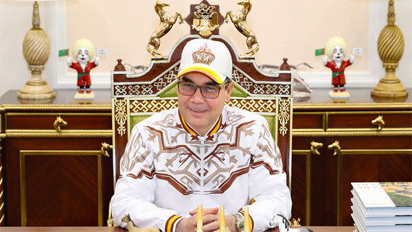 Милостивый Аркадаг пока что носит не корону, а только кепку с изображением короны, но вполне может стать монархом