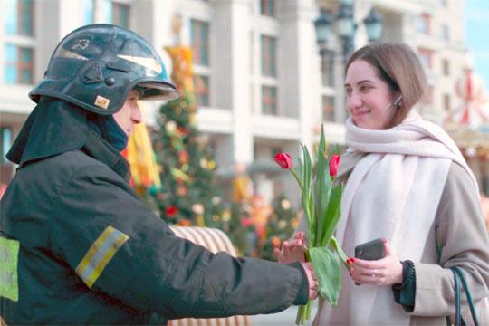 Спасатели МЧС необычно поздравили женщин в Москве