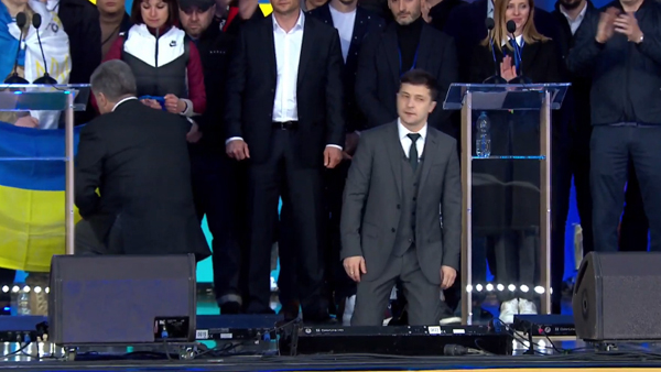 Зеленский и Порошенко встали на колени